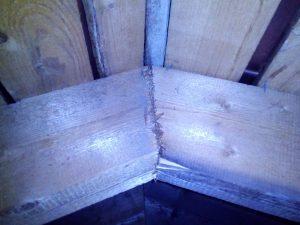 Обследование крыши. Отсутствие коньковых накладок при соединении стропил в коньке