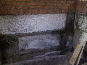 Участок замачивания фундамента здания и образования грибка